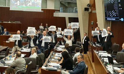 """Protesta contro Fratus in Consiglio regionale, il M5s: """"Dimettiti"""""""