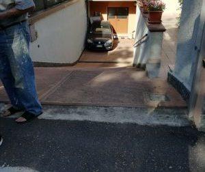Rho: Si spezza le braccia finendo con l'auto nel box del vicino