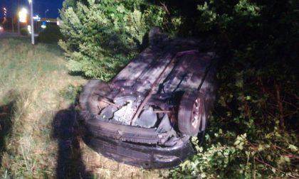 Si ribalta con l'auto: conducente miracolosamente illeso FOTO