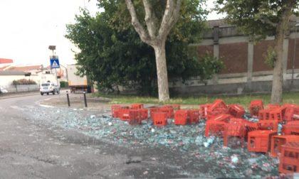 Camion perde carico di bottiglie d'acqua alla rotonda