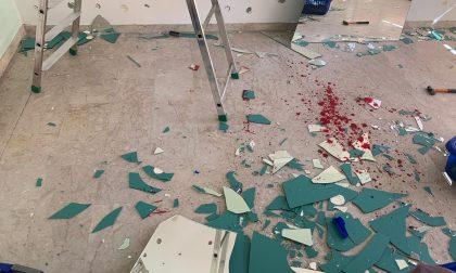 Bareggio: gli cade addosso uno specchio, operaio in gravi condizioni