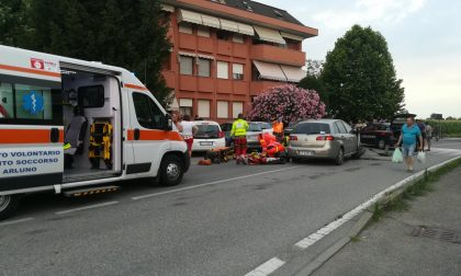 Carambola e si schianta sulle auto in sosta: è grave FOTO