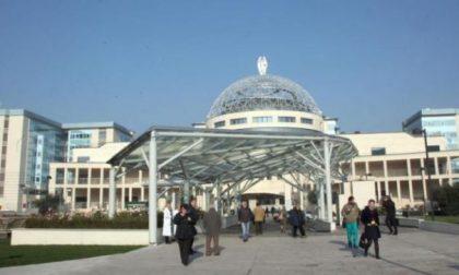 Ospedale San Raffaele, cede una grata: fa un volo di 13 metri ed è salvato dallo zaino