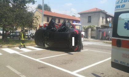 Grave incidente in via Filzi: auto ribaltata e 3 persone coinvolte - LE FOTO