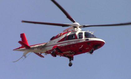 Cade in una buca di 5 metri: arriva l'elicottero FOTO