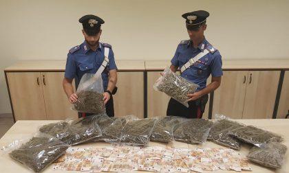 Si nasconde dietro l'auto con sei chili di marijuana: arrestato