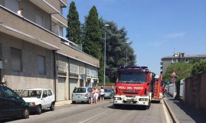 Bruciano i rifiuti sul balcone: arrivano i Vigili del fuoco