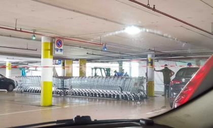 Uomo trovato morto nel parcheggio del centro commerciale