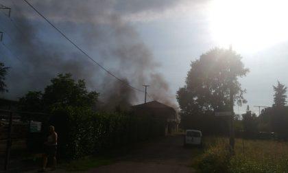 Casa avvolta dalle fiamme a Rescaldina FOTO