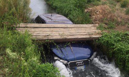 Buscate, auto finisce nel canale - LE FOTO