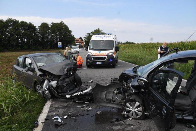 Scontro frontale tra due auto: una donna è grave FOTO e VIDEO
