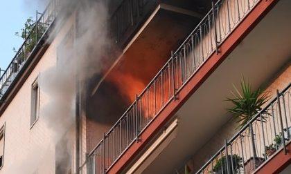 Fiamme in un appartamento, donna salvata dal vicino eroe - LE FOTO