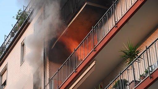 Fiamme in un appartamento, donna salvata dal vicino eroe – LE FOTO