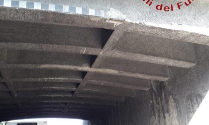 Crolla l'intonaco del viadotto ferroviario a Lomazzo FOTO