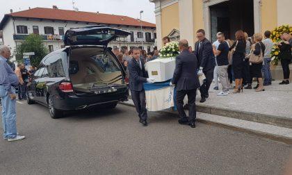 Folla a Marnate per l'ultimo saluto a Davide Misto