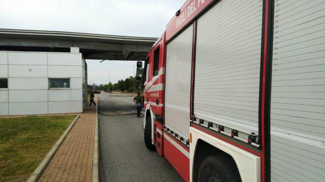 Camion della spazzatura danneggia la guardiania dell'ospedale di Legnano
