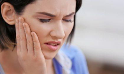 Gengive che sanguinano e fanno male: cosa fare se fosse parodontite?