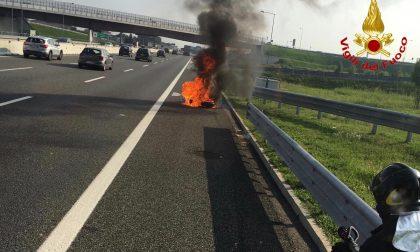 Moto in fiamme lungo la A9 Milano-Como-Chiasso