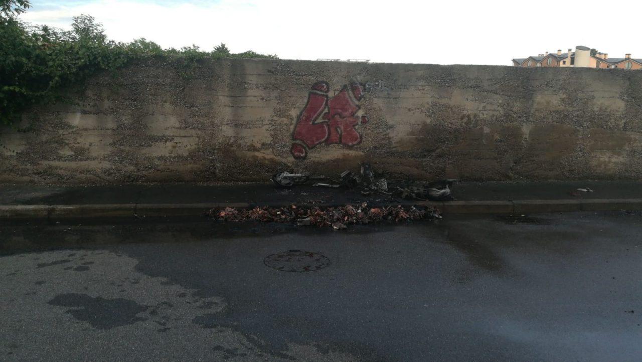 Motorino in fiamme, intervengono i Vigili del fuoco