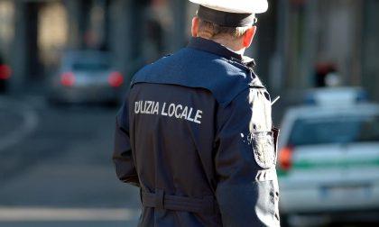 Insulta e aggredisce gli agenti: multato e denunciato