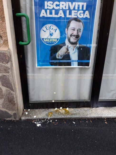 Uova contro Salvini: imbrattata la vetrina della sede della Lega