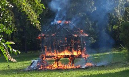 Vandali bruciano la casetta del rione Mornera
