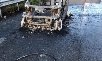 Auto in fiamme a Mozzate FOTO