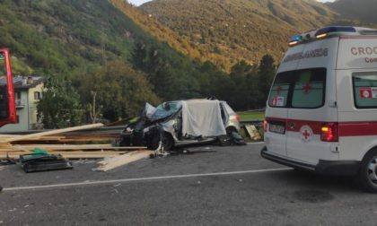Camion perde il carico che finisce su un'auto, muore ragazzino