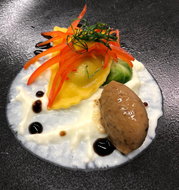 Marco Serra_Raviolo giallo con vellutata di cocco, foie gras affumicato al miso e julienne di peperone rosso
