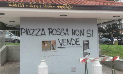 """Strisce blu in Piazza dei Mercanti addio: """"Piazza rossa non si vende"""" FOTO"""