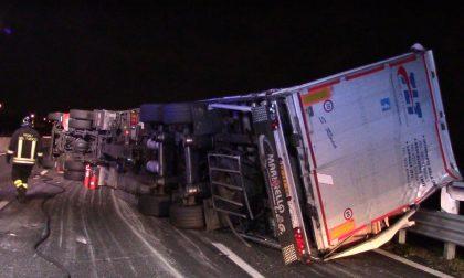 Camion ribaltato lungo la A8 all'uscita di Legnano FOTO