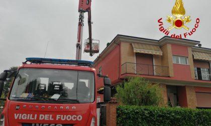 Albairate, fulmine colpisce il tetto di una casa