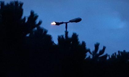 Lampione in fiamme, arrivano i pompieri FOTO