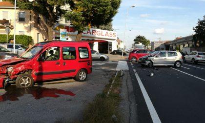 Violento scontro tra due auto a Castellanza FOTO