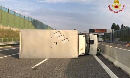 Camion si ribalta lungo la A9 tra Saronno e Origgio