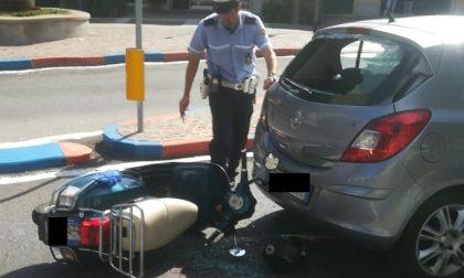 Scooter si schianta contro un'auto: 22enne finisce all'ospedale GALLERY