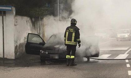 Auto in fiamme a Legnano: salvata la conducente FOTO