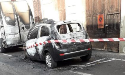 Macchina avvolta dalle fiamme a Vanzago