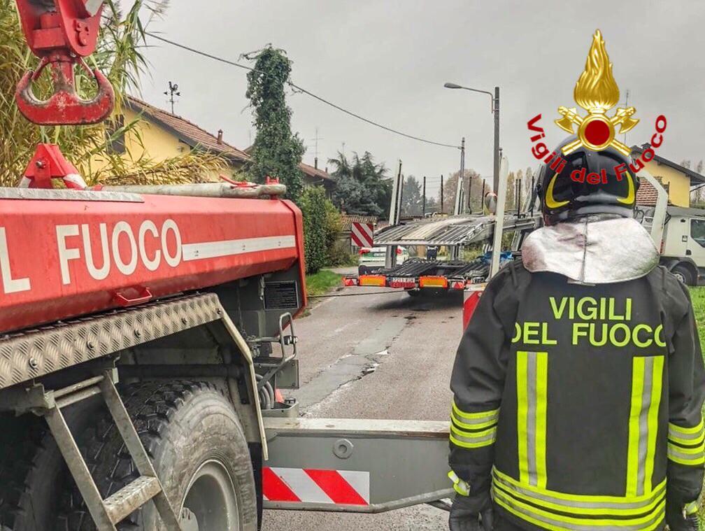 camion esce di strada a magenta