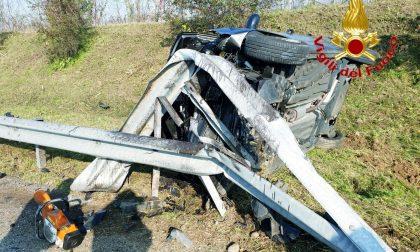 Violento scontro: auto finisce contro il guard rail FOTO