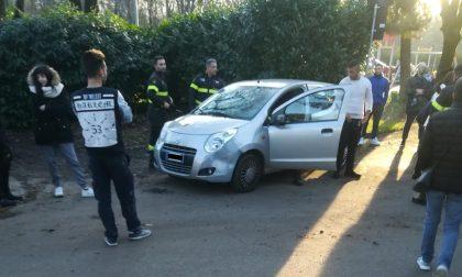 Neonato resta bloccato in macchina: lo salvano i pompieri