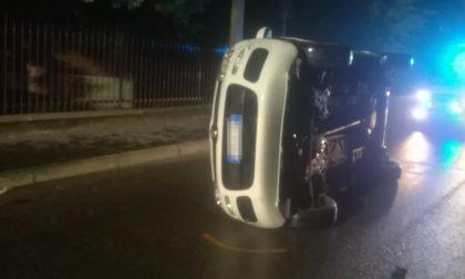Auto ribaltata in via Zaroli, serata di paura FOTO