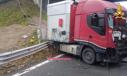 Scontro sulla A8, camion invade la carreggiata FOTO
