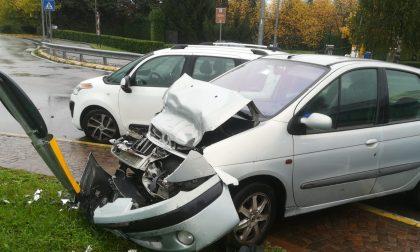 Violento scontro alla rotonda: un'auto distrutta FOTO