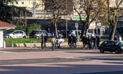 Tensione tra anarchici e forze dell'ordine a Saronno
