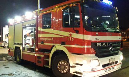 Auto prende fuoco in viale Sabotino a Legnano