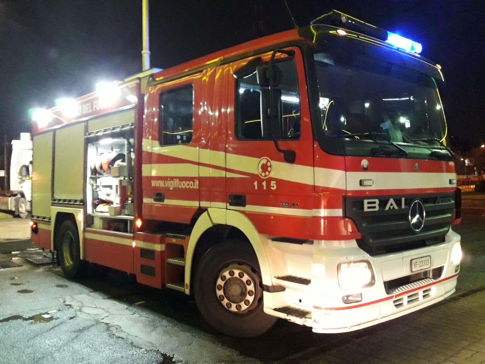 Auto prende fuoco in viale Sabotino a Legnano - Settegiorni
