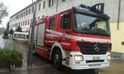 Zerbino e portaombrelli in fiamme, arrivano i pompieri