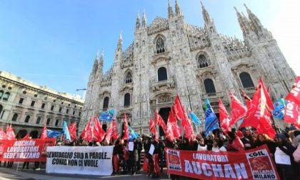 Vertenza Auchan Conad: protesta in piazza Duomo