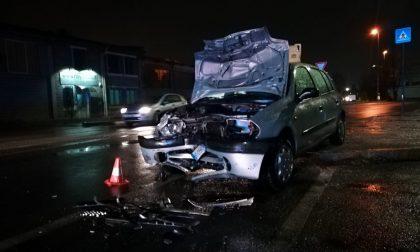 Auto contro camion, un ferito